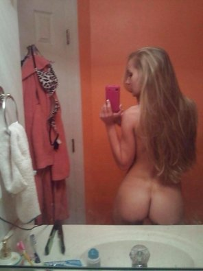 amateur photo Blonde taking selfies of her lovely butt.