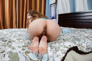 amateur photo Rebel Lynn shows her curvy bottom