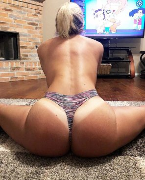 amateur photo PAWG doing the splits in a colourful thong