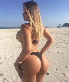 amateur photo Beautiful beach bum
