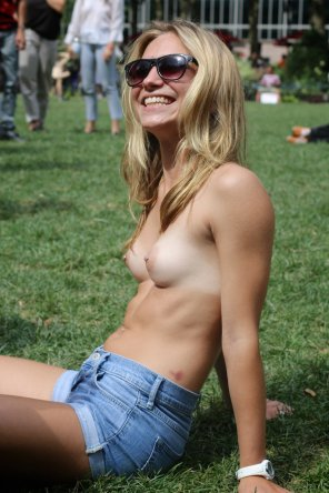 amateur photo Topless & Happy