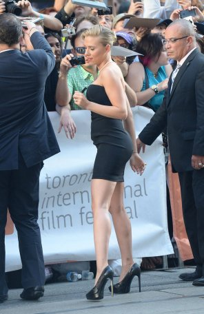 amateur photo Scarlett Johansson and her bootyguard