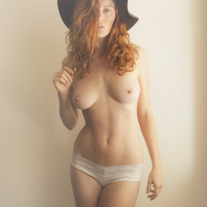 amateur photo Big black hat - sexy redhead