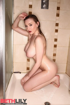 amateur photo Beth Lily in the shower