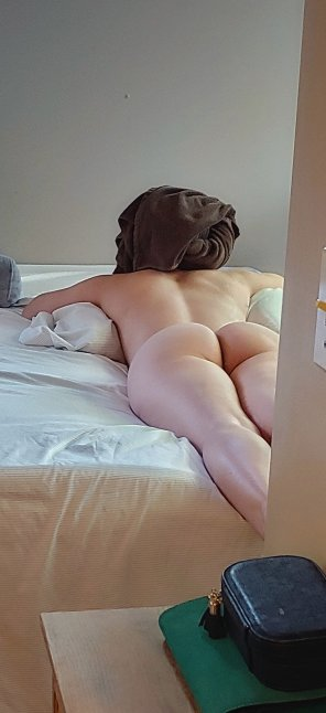 amateur photo My b[F] took this picture of me waiting for him after a shower. I made a throwaway because I thought you guys might like it.