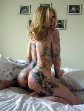 amateur photo Curvy tattooed blonde