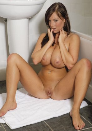 amateur photo Kandy Cole thinks about taking a bath