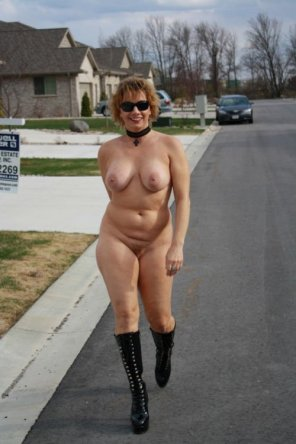 amateur photo Chubby MILF strolls through the neighborhood