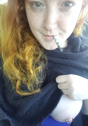 amateur photo I like to smoke & get [f]reaky~