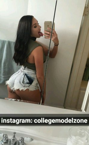 amateur photo Alexis in Booty Shorts