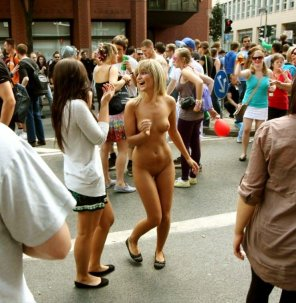 amateur photo Naked blonde in a big crowd