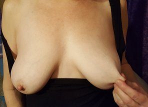 amateur photo Even Red can't stop playing with her nipples!😛55[F]