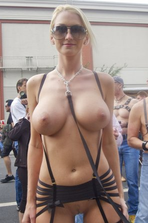 amateur photo Busty blonde outdoors