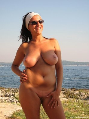 amateur photo Thick milf getting a tan