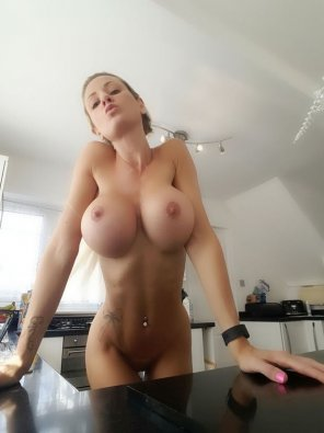 amateur photo Kitchen Boobs