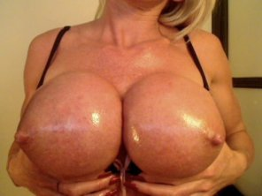 amateur photo Big oiled tits blonde