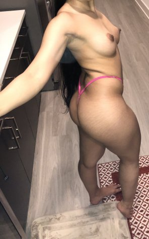 amateur photo [F] Just a petite Arab showing her butt :)