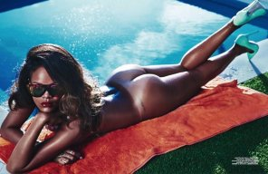amateur photo Rihanna getting some sun