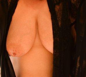 amateur photo Peek-a-boob!