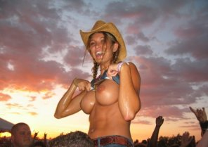 amateur photo Cowgirl flashing