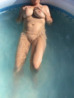 amateur photo [F] relaxing in the pool