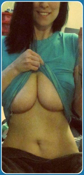 amateur photo Underboob cleavage