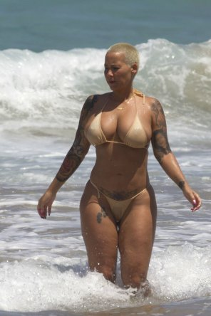 amateur photo Amber Rose. Beach. Small bikini.