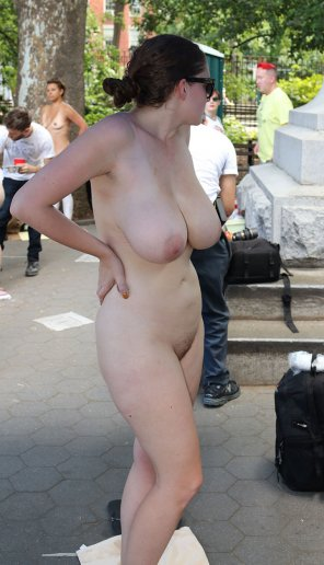 amateur photo Big boobed girl before body paint