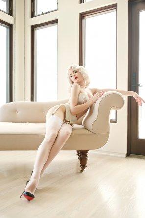 amateur photo Diva on the divan