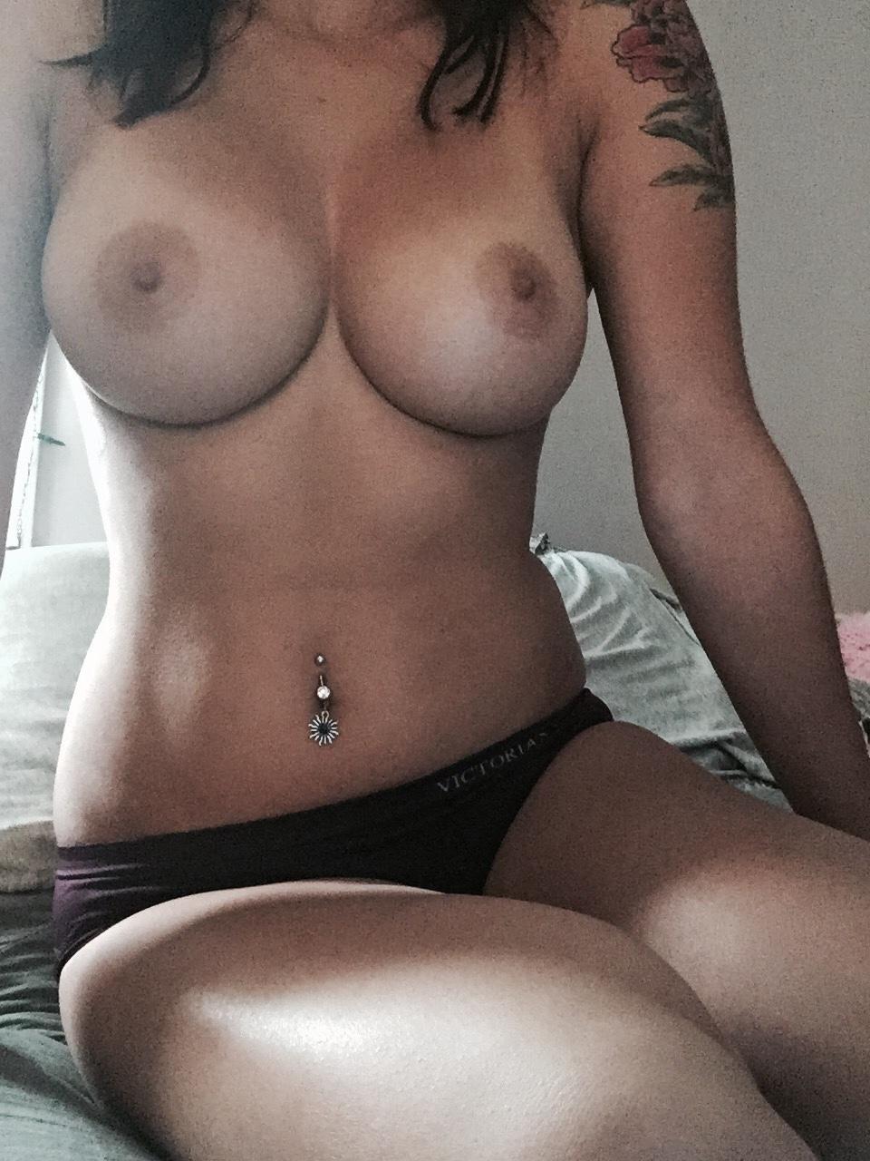 Las tetas de Evas son magníficas, absolutamente perfectas, ella es la MILF más caliente en el porno con las mejores tetas en ... ¡Chica desnuda con tetas enormes y perfección de culo con forma de burbuja!