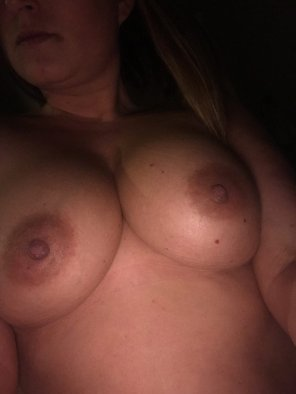 amateur photo Wi[f]e showing assets