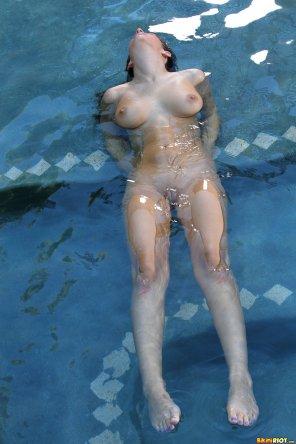 amateur photo Karina White - Submerged