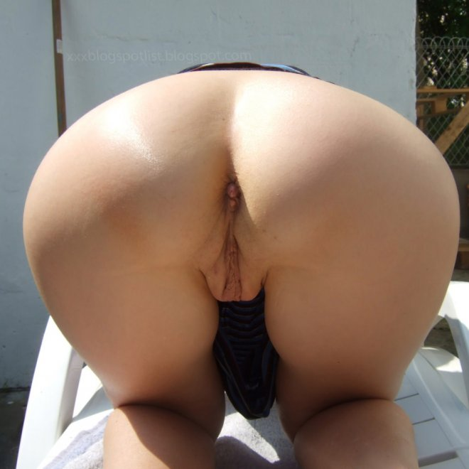 Outdoors pussy show... please rate it 10/10. Porn Photo