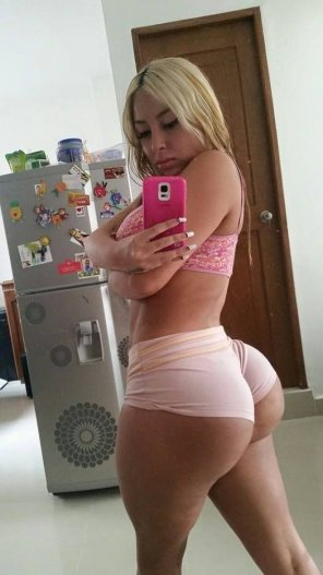 amateur photo Big butt blonde in tight shorts selfpic