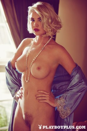 amateur photo Playmate Kayslee Collins with a pearl necklace