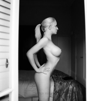 amateur photo Blonde in black and white