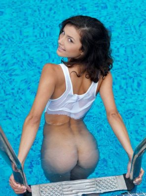 amateur photo Divina the pool babe