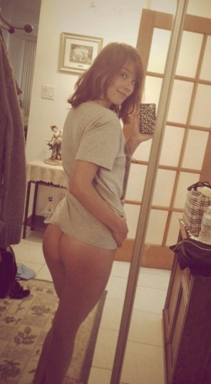 amateur photo T-shirt no panties