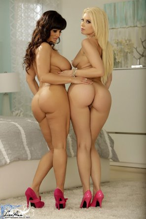 amateur photo Lisa Ann and Annika Albrite