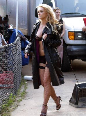 amateur photo Britney Spears taking her television for a walk