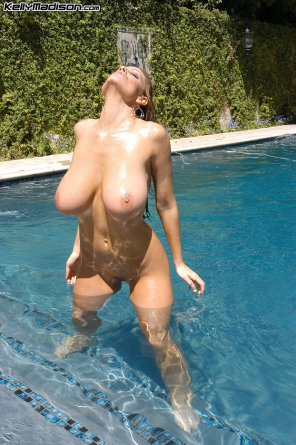 amateur photo Some big sweet boobies in the swimming pool