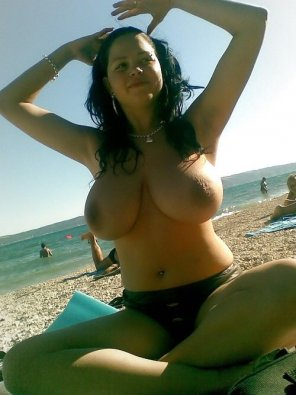 amateur photo Nice set on this topless beach babe