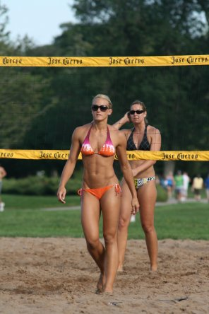 amateur photo Hardbody playing sand volleyball