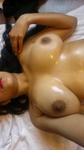 amateur photo [F]eeling sexy all oiled up..
