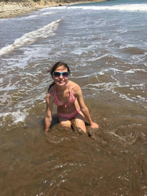 amateur photo Petite teen playing in the ocean