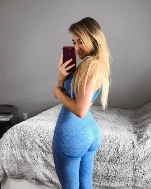 amateur photo blue outfit