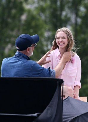 amateur photo Amanda Seyfried Happy and embarrassed that she just showed her coochy to the entire world.