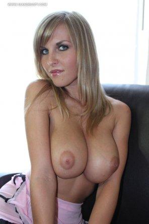 amateur photo Dazzling blonde showing her goodies.