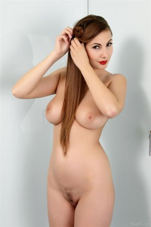 amateur photo Long hair, red lips, beautiful body - Connie Carter