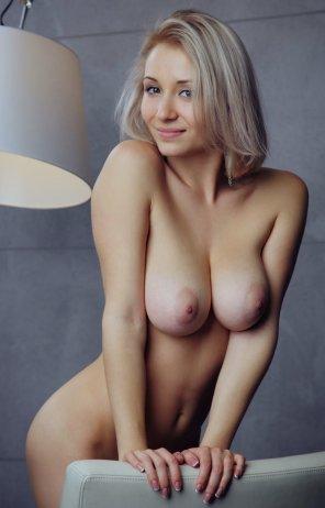 amateur photo Cute smile, slim waist, and beautiful tits!